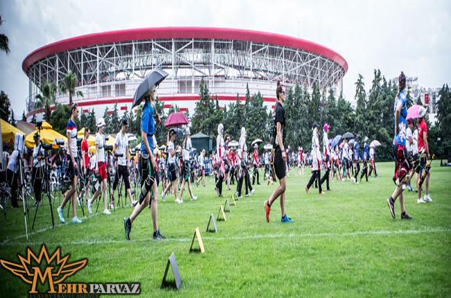 تمرین ورزشکاران در زمین چمن برای مسابقات